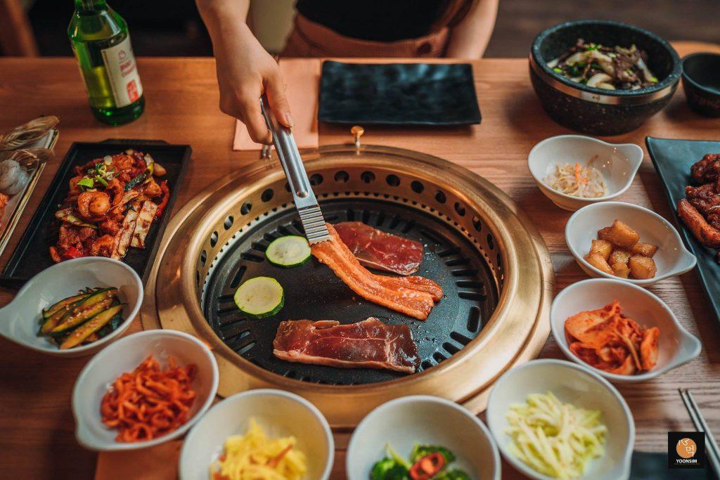 Koreanisches Barbecue Essen auf Tisch